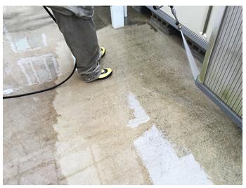 経年劣化で、表面が浸食したコンクリートは、汚れがつきやすくなります。