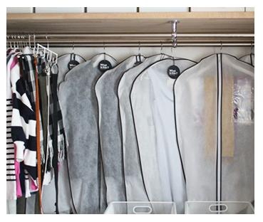 オフシーズンの服は、奥のパイプにカバーをかけて保管。