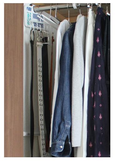 端にできた隙間には、丈の長い衣類やアイテムを収納しています。