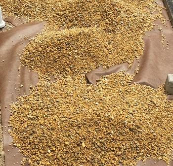 防草シートの上には砂利を。また、信頼できるメーカー製品のものを採用すると効果が長持ちします。