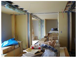 据え付け直後の家の中です。1日で家が建ちましたが、中の工事はこれからスタートです。