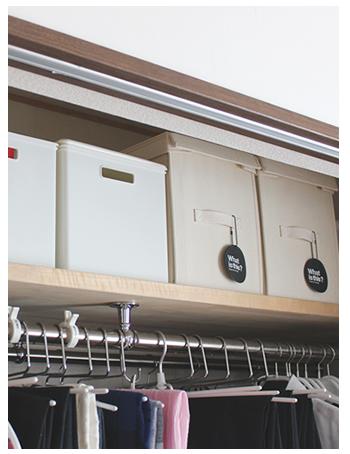 天袋には、帽子や季節の飾り等、使用頻度の低いものを分類して収納。ほこりが入らないように、蓋付きの収納用品を使用しています。