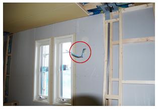 エアコンのコンセントはどの部屋も、本体の上に設置するようお願いしていたのに、下の位置に施工されていました。