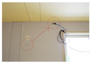 高い位置に施工し直しに。エアコン真上のコンセントはホコリがたまりやすかったりとデメリットもある位置なので、本当はエアコン真横にしたかったのですが、木桟の関係などで叶いませんでした。