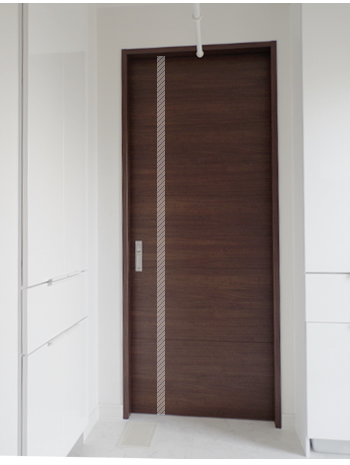 脱衣室から見たドア。くもりガラスのスリットのない普通の引き戸が入っていました。