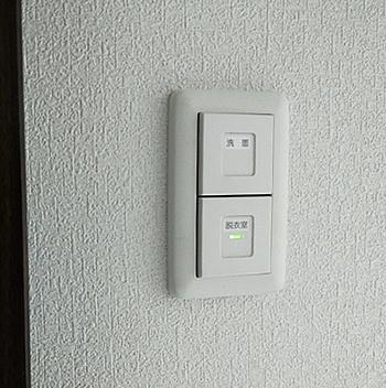 本来は、暗闇で蛍のように光るという機能を持ったスイッチですが、わが家では、脱衣室の照明が消えているときに点灯するようになっています。後から考えると、照明が点いているときに赤く光るパイロットスイッチが適していたと思います。