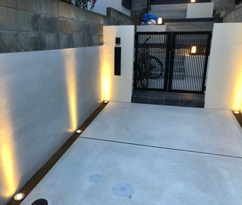 玄関アプローチの動線を誘導する照明。