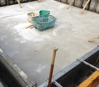 翌日、雨跡はまったくなく綺麗な底盤コンクリートに仕上がっていました。コテの跡があるので、後から表面を整えてくださったのかなと思います。