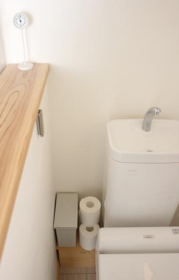 奥の角に設置した小さな棚の上にトイレットペーパーとゴミ箱を置いています。