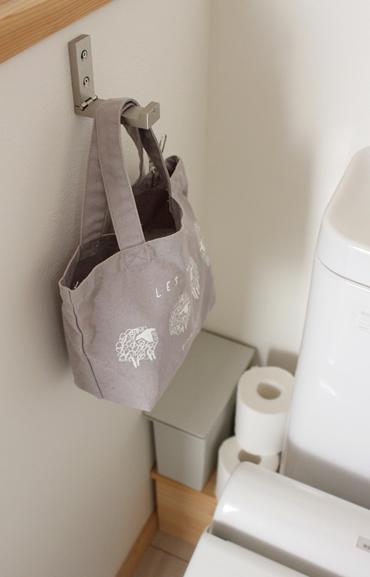 狭いスペースには、必要な時以外は、畳んでおける折りたたみ式のフックが便利。