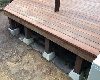 ウッドデッキの床を支える構造材を増やして、耐荷重を挙げる必要があります。