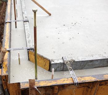 工事が進んでから気がついたのですが、わが家の基礎は、コーナーハンチという三角形の角で強度を高める仕様になっていました。