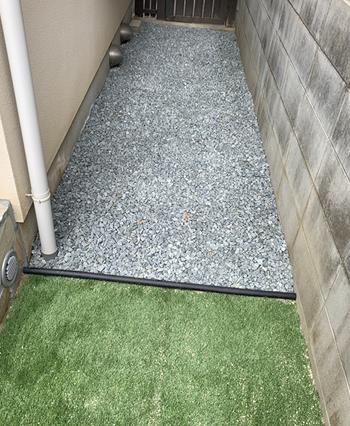 防草シートを敷いて、砂利を敷く、または人工芝を。このような建材で砂のスペースを減らします。