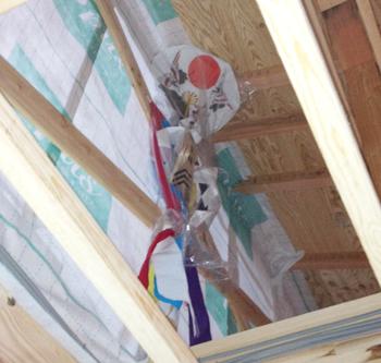 現場監督が幣串(へいぐし)という、家内安全や魔除けの意味で付ける飾りを組み立ててくれました。当日初めて知ったのですが、建て主や建築会社の名前が書かれて、わが家の屋根裏に飾られ、いつ、誰のために誰が建てたかわかるようになっているそうです。