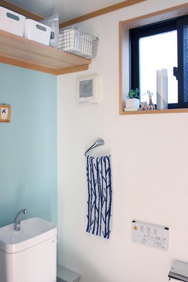 3階のトイレの壁にはブルーのアクセントウォールを。