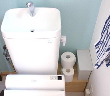 こちらも1階のトイレと同様に、配管を隠す棚をつくりました。置いているものに手が届きやすいだけでなく、ホコリが溜まりやすく掃除がしにくい配管まわりがすっきり。詳しいつくり方は、ブログに掲載しています。※画像にリンクを貼っています。