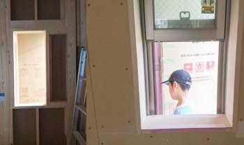 窓枠が付いた段階(左)では、気にならなかったのですが、サッシが付いた後に長男が通り過ぎる(第26回)のを見て、窓の高さをしっかり打ち合わせして決めていなかったことを思い出しました。