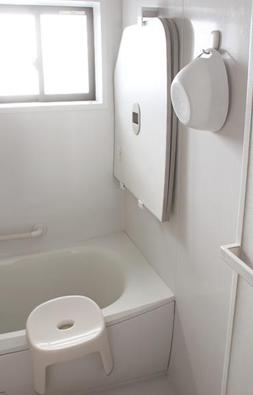 最近では底面にマグネットが付いていて直接壁につけられる「マーナ マグネット湯おけ」がSNSで話題になりました。錆びないラバーマグネットが使われています。ちなみに、わが家の湯桶をかけているフックもマーナのお風呂のマグネットフックです。