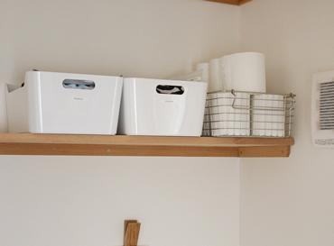 1階はトイレ関連のストック類を収納しているので、同じ収納ボックスシリーズの大きいサイズを使っています。トイレットペーパーは、どちらのトイレも残りの数が解りやすいワイヤーバスケットを採用。