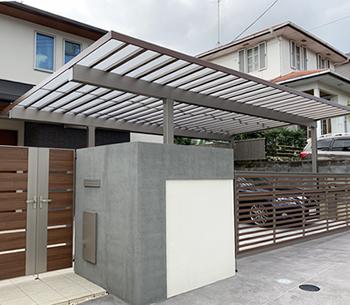 玄関から車で濡れずに行けるテラス屋根。