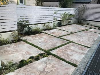 駐車スペースに植栽コーナーをつくった施工例。