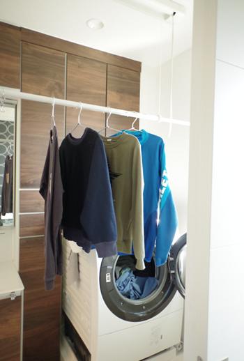洗濯物を洗濯機から干していくときには目線のところまで簡単に竿を下ろせます。