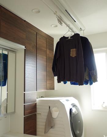 干しっぱなしにするときは洗濯物をかけたまま竿を天井近くまで上げられます。洗面室として使用するときも洗濯物がジャマになりません。