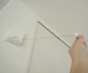 スタンバイは片手でワイヤーを引き出して、対面側のフックにかけるだけ。