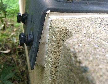 金具とコンクリートブロックの間に、コンクリート用の接着剤を隙間なく埋め込んで、フェンスのぐらつきがぴたっと収まりました。