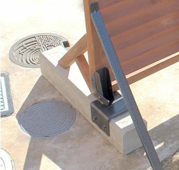 後ろから見ると、フェンスと同じように、コンクリートを金具で挟み込んでいます。移動可能なフェンスと言っても控え柱を杭で固定しているため、普段は簡単には移動できません。