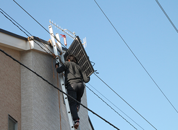 人力の棟上げは聞いたことがありますが、まさか太陽光パネルを片手の人力で上げるとは驚きです。パネルを落として事故にならないのかとハラハラしながら見ていました。