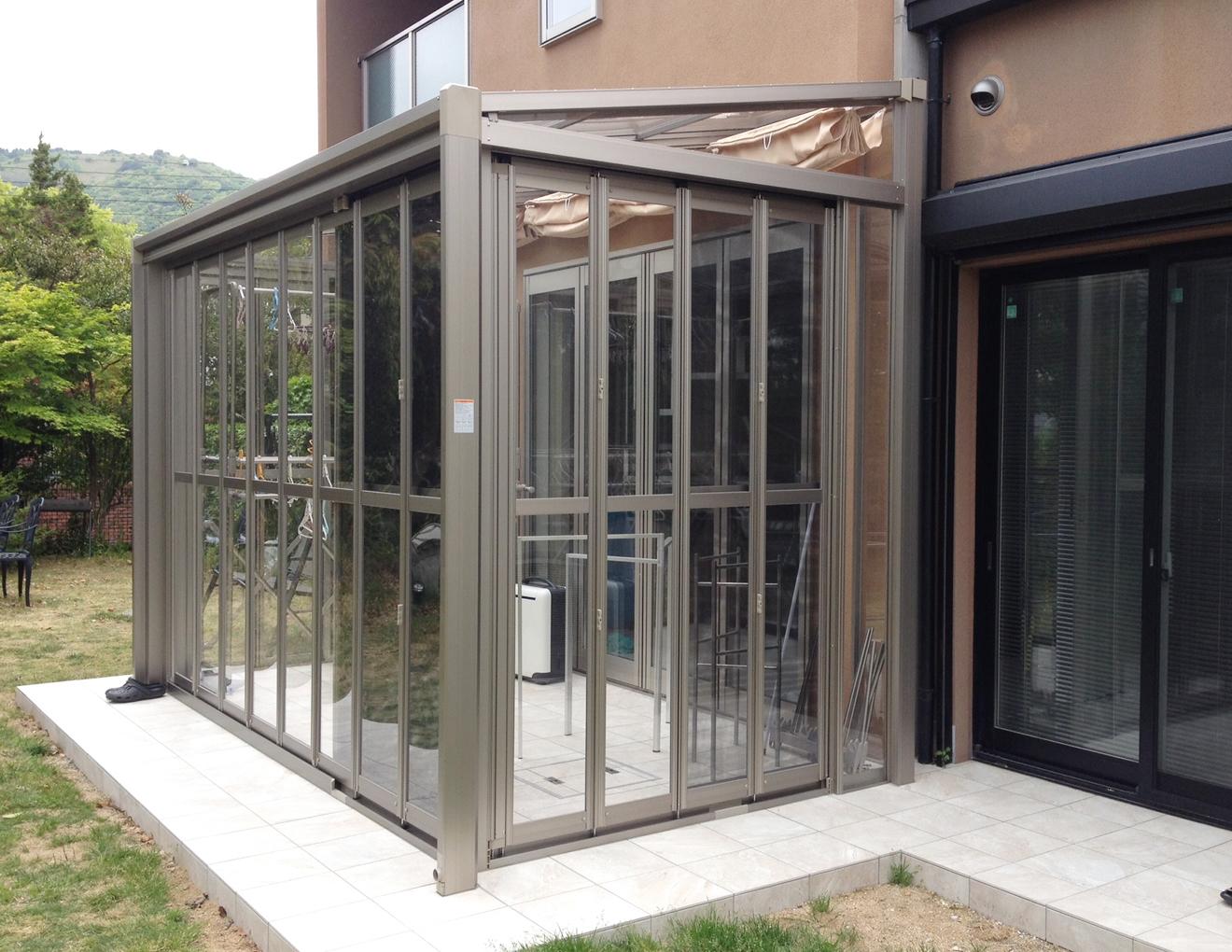 ガーデンルームは一般的に、ガラス・ポリカ材でつくられます。