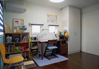 子ども机を配置したり…
