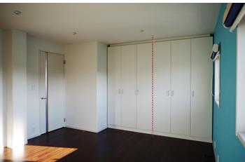 壁際の可動式収納家具2台分。