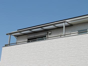完成したテラス屋根を下から見上げた様子です。屋根を遮る桁がなく、スッキリした見た目をとても気に入っています。