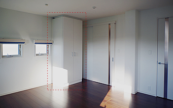 対面の壁に1台。2部屋に分けるには、この3台の可動式の収納棚を移動させることになります。