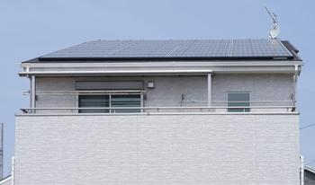 テラス屋根と屋根の軒先のラインが重なり、テラス屋根の存在がほとんどわかりません。 外観面でも、このテラス屋根の出幅でちょうどよかったようです。
