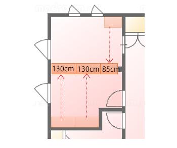 部屋の中央に収納棚を持ってきました。約130cm幅のものが2つと約85cm幅のものが1つ。