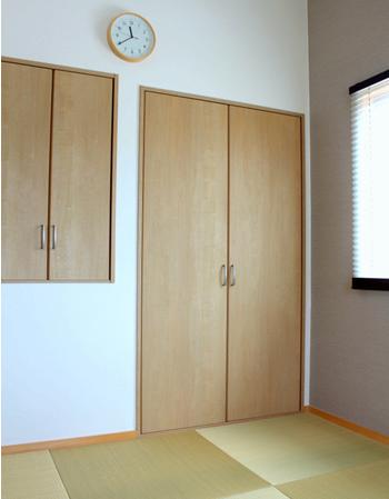 こちらが寝室の収納。右側の押し入れも、左側の物入れも、どちらも奥行き90㎝です。