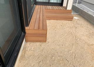 芝生を貼る部分の表面を水はけが良く、保湿性も適切な砂を用いて土質・高さを整える。