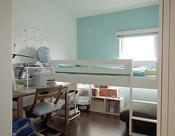 ベッドと学習机を直角に配置。