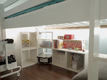 ベッドの下は本棚を置いて有効活用。椅子も置いて、こもって過ごせるスペースに。