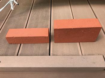 当初は並べるだけなら簡単そうな、ようかんレンガ(写真左)と悩んだ末に、入れる土の高さを確保できる少し普通のレンガに決定しました。ちなみに、今回の施工で購入したレンガは36個にもなりました。