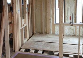 新築時のように、吹き抜けの梁に足場代わりの板に乗っての施工はできないそうですが、梯子を使った施工で足場費用を不要にしてもらえました。