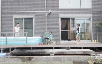 大きめのビニールプールを置いても広々遊べます。