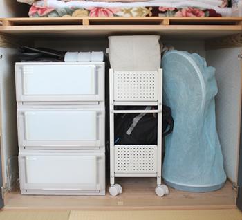 押し入れの下段には、引き出しやキャスター付き収納用品で、奥まで一気に手が届くようにすると使いやすくなります。