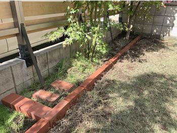 水平だけでなく、コンクリートブロックとの距離を確かめながら、平行にかなり気を配ったので、我ながら綺麗に並べられたと思います。正直この時点で、このまま土を埋め戻して終わりにしようかと思ったぐらいです(笑)。