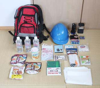 防災セットとして購入した物に、乾電池、生理用品、避難用シューズ、ゴミ袋数枚、防災ハンドブック等を追加しました。