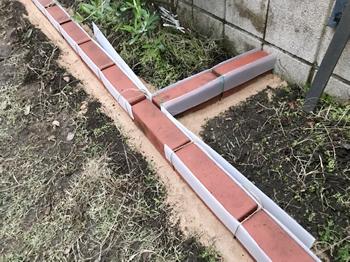 目地に固まる土を埋めるために、プラダンを両側から挟み込んだ様子です。まるで基礎工事の型枠を準備する気分です。しかし、プラダンとレンガの間が隙間だらけの雑な作業だったので、後々苦労します(笑)。