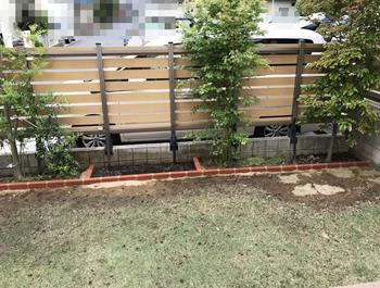 完成直後の様子です。レンガの黒い汚れは重曹スプレーで綺麗に落ちました。レンガの手前の芝生が復活してくれるかどうかが少し心配なところです。